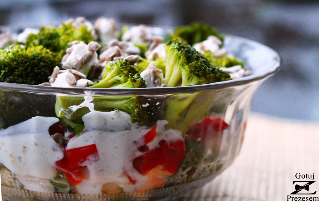 sałatka brokułowa-warstwowa