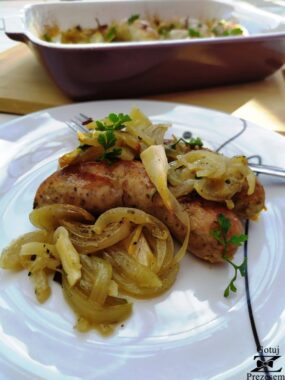 kiełbasa pieczona w cebuli i czosnku