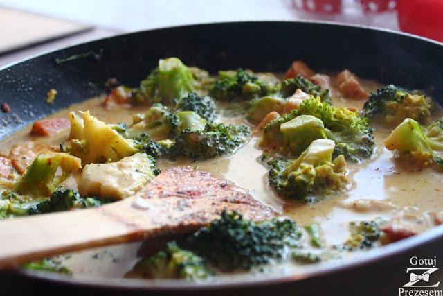 kurczak w sosie śmietanowo-brokułowym