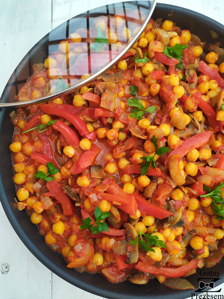 wegetariański gulasz z ciecierzycy