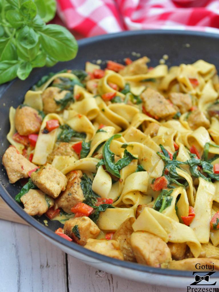 Makaron z kurczakiem i szpinakiem w sosie curry 2