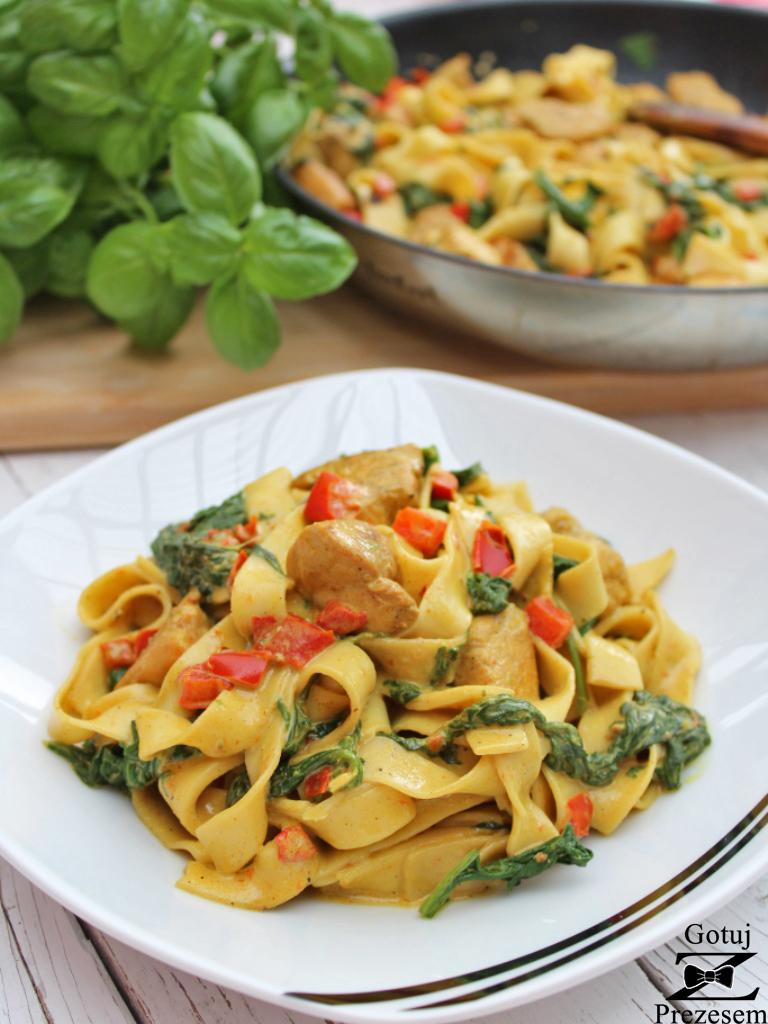 Makaron z kurczakiem i szpinakiem w sosie curry 4