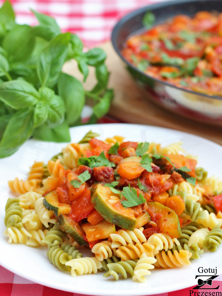 makaron z boczkiem i warzywami 1
