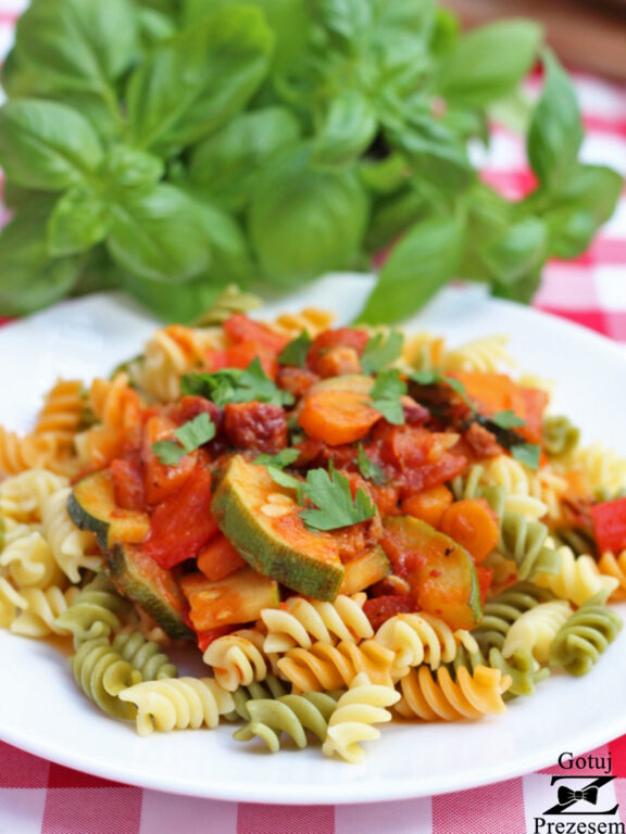 makaron z boczkiem w sosie pomidorowym