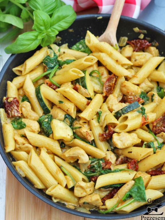 makaron-z-kurczakiem-cukinia-oraz-suszonymi-pomidorami-3-